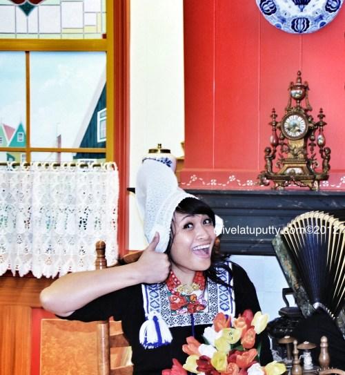 foto baju tradisional belanda di volendam