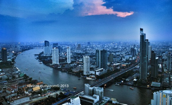 mencoba minuman di skybar Bangkok