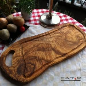 Intaglio di legno di ulivo in una forma naturale con manico