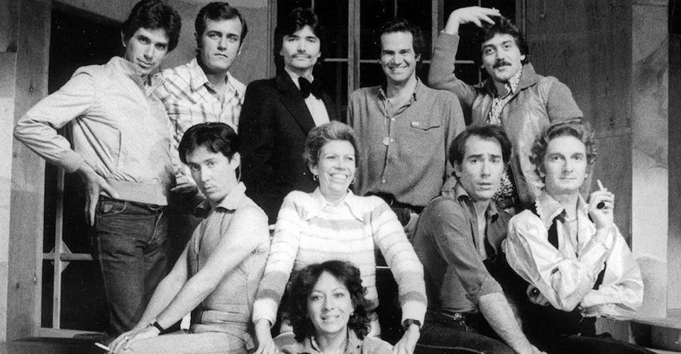 Nancy Cárdenas con el elenco de la obra Los Chicos de la Banda
