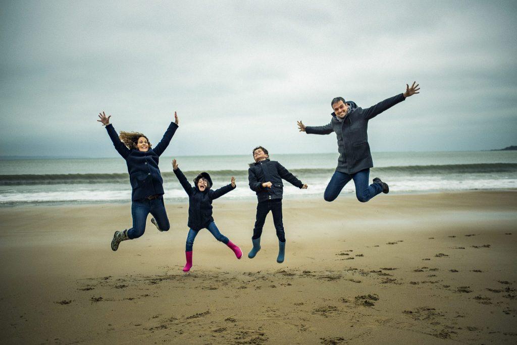 photo de famille sur la plage