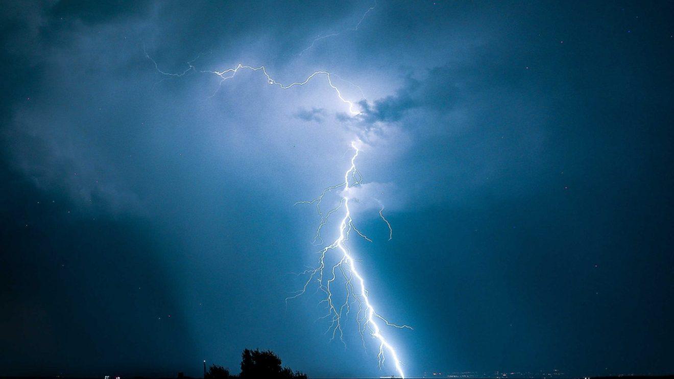Σύμφωνα με τα προγνωστικά στοιχεία του Εθνικού Αστεροσκοπείου Αθηνών/Meteo.gr, οι βροχές και καταιγίδες, οι οποίες θα εκδηλωθούν αρχικά στα βόρεια, κατά τις μεσημεριανές και απογευματινές ώρες θα επεκταθούν στα υπόλοιπα τμήματα της κεντρικής και βόρειας ηπειρωτικής Ελλάδας και πιθανώς στα νησιά του Βορειοανατολικού Αιγαίου.