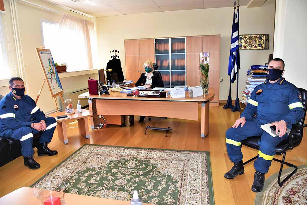 Ο Υποστράτηγος του Πυροσβεστικού Σώματος στην Αντιπεριφερειάρχη Πιερίας Σοφία Μαυρίδου
