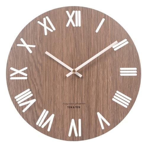 Horloge en bois foncé chiffres ajourés style nordique