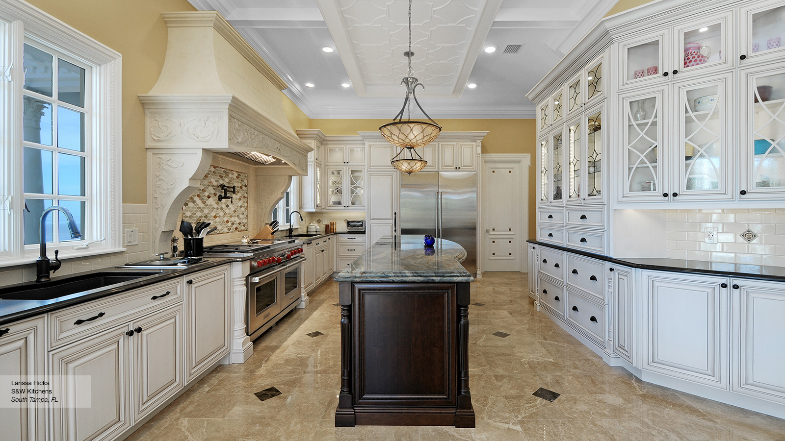 Traditional Kitchen with Contrasting Colors  Omega