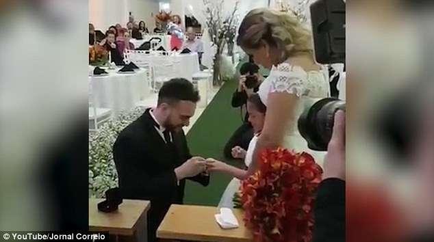 新郎在婚禮上拿出戒指卻不是給新娘 單膝下跪問繼女「你願意一輩子當我女兒嗎」全場噴淚 - 爆新聞