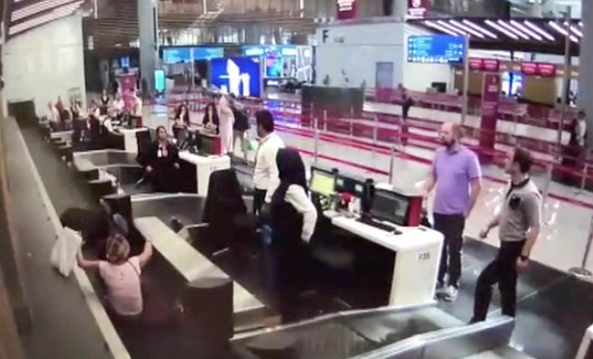 第一次搭飛機「誤認行李輸送帶是入口」 女子「跌坐過程」監視器全拍下 - 爆新聞