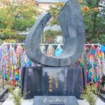 Färgglada tranor på snöre vid ett monument i Nagasaki