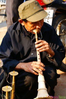 Vietnam - Bac Ha - Musicien au marché