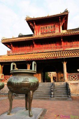 Vietnam - Hué - Cité impériale - Temple et vase