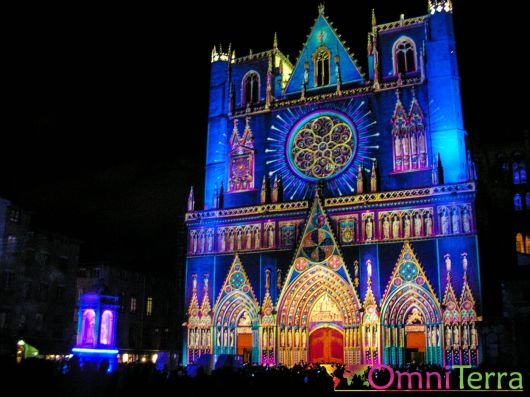 Lyon - Fête des Lumières - Cathédrale St Jean et Place