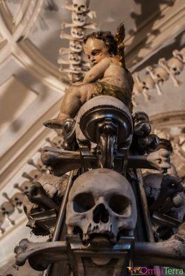 Sedlec-Ossuaire-Crâne-et-enfant