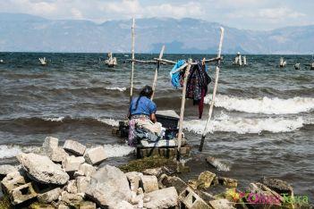 Guatemala - Atitlan - San Pedro -femme faisant la lessive