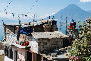 Guatemala - Atitlan - Santa Cruz - rue et volcan