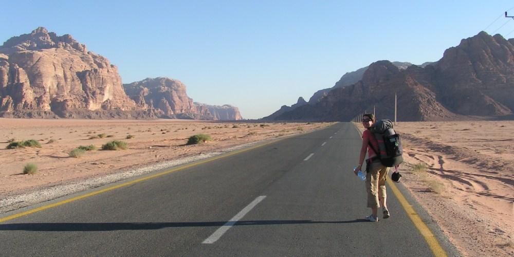 Andando em direção à tenda onde passei a noite na Jordânia