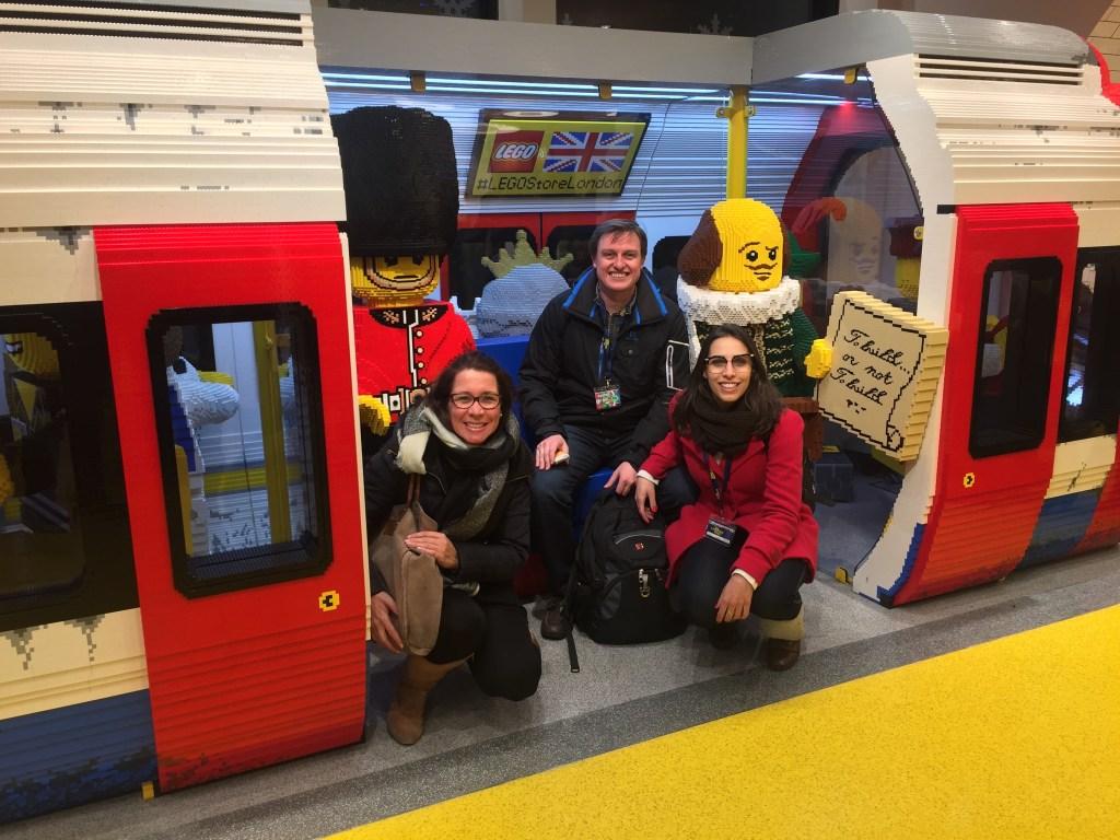 Eu e os primos andando de Lego metrô