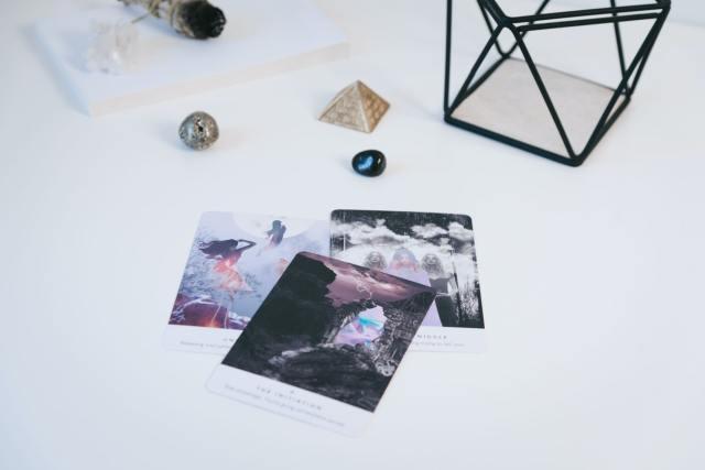 technique de visualisation dans un objet, infuser pierres, purifier, atteindre ses objectifs avec les pierres, tirage d'oracle, tirage d'intention nouvelle lune