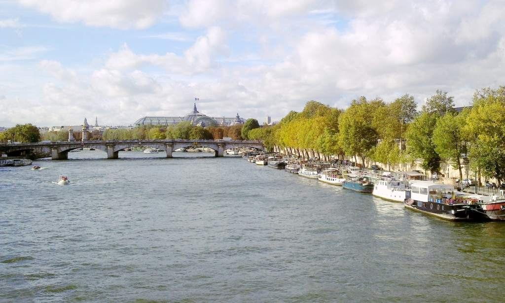 Seine private cruise with a picnic in Paris