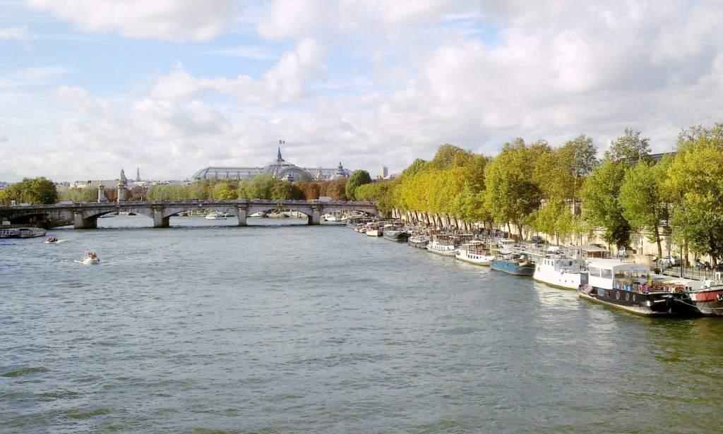 Seine private cruise with a picnic in Paris