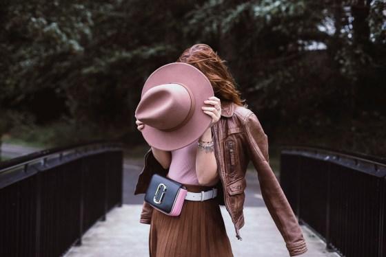 Borsa marsupio gonna a pieghe svasata a vita alta e cappello a tesa larga - belt bag, pleated high waisted skirt and wide brim hat