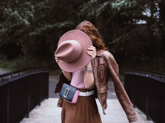 Borsa marsupio gonna a pieghe svasata a vita alta e cappello a tesa larga - belt bag, pleated high waisted skirt and wide brim hat