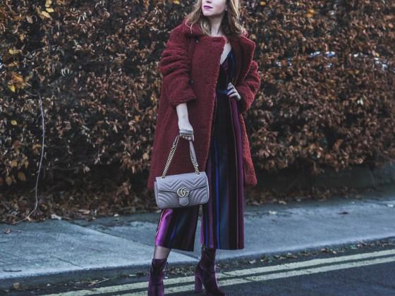 Tuta in velluto a righe e cappotto peluche, borsa Gucci | Velvet jumpsuit and Teddy bear coat, Gucci bag