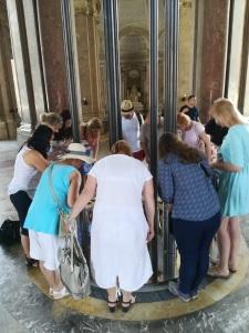 Visitatori si specchiano nell'opera (1)