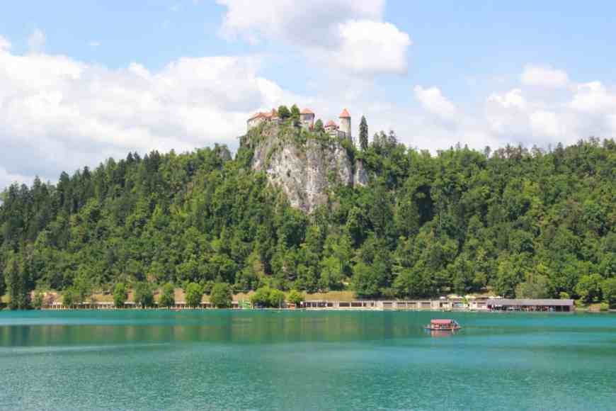 What to do in Slovenia, the perfect 3- or 4-day itinerary. Trip planning tips, and where to go including Ljubljana, the Julian Alps, Lake Bled, Piran, and more! #slovenia #easterneurope #lakebled