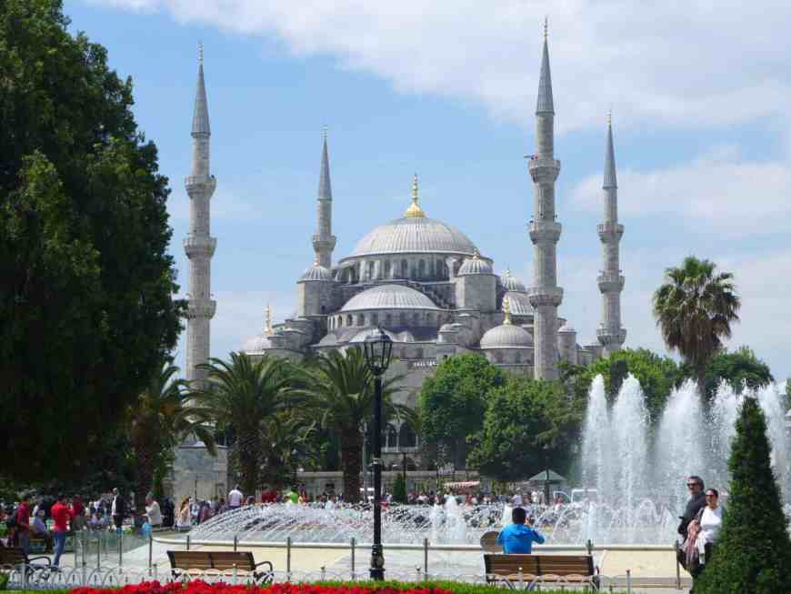 The Blue Mosque in sunlight! Tips for spending 24 hours in Istanbul, how to see everything, where to go, what to skip   itinerary ideas for Istanbul   Istanbul trip planning, itinerary ideas for Istanbul