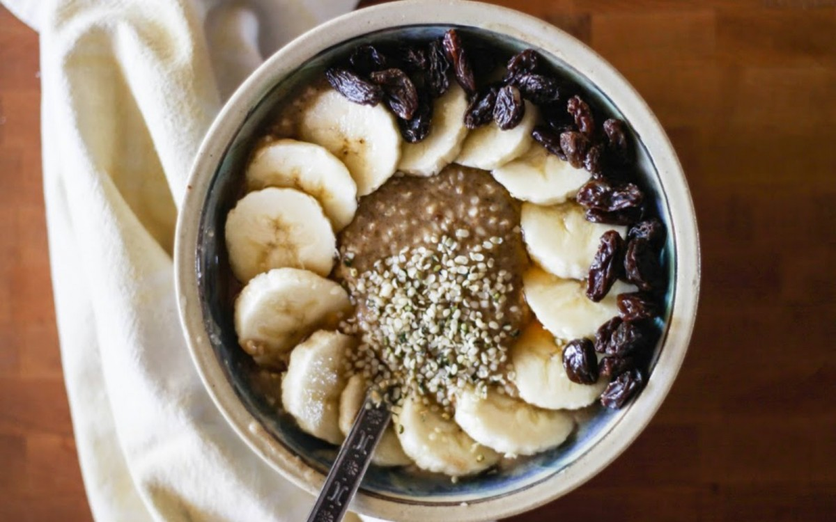 BANANA-OATMEAL-with-HAZELNUT-BUTTER-RAISINS-+-BAOBAB-POWDER-1200x750 (1)