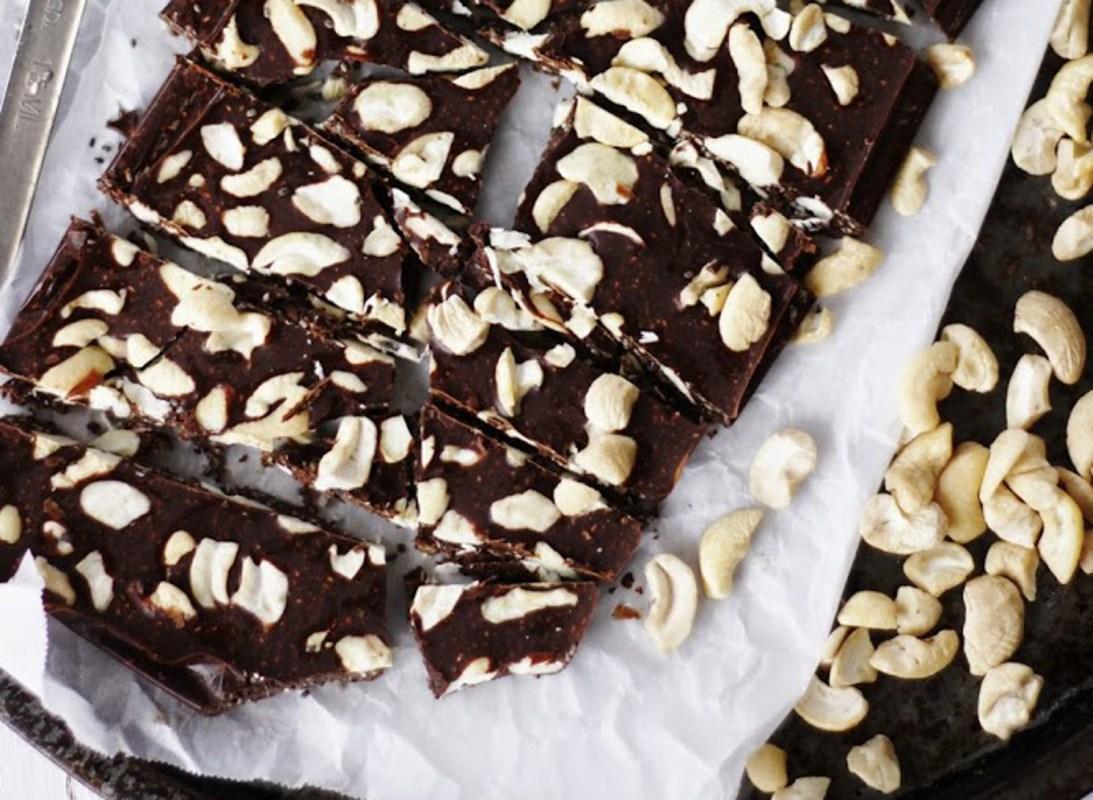 Vegan Crunchy Chia Chocolate With Maca, Lucuma, Vanilla, and Cashews