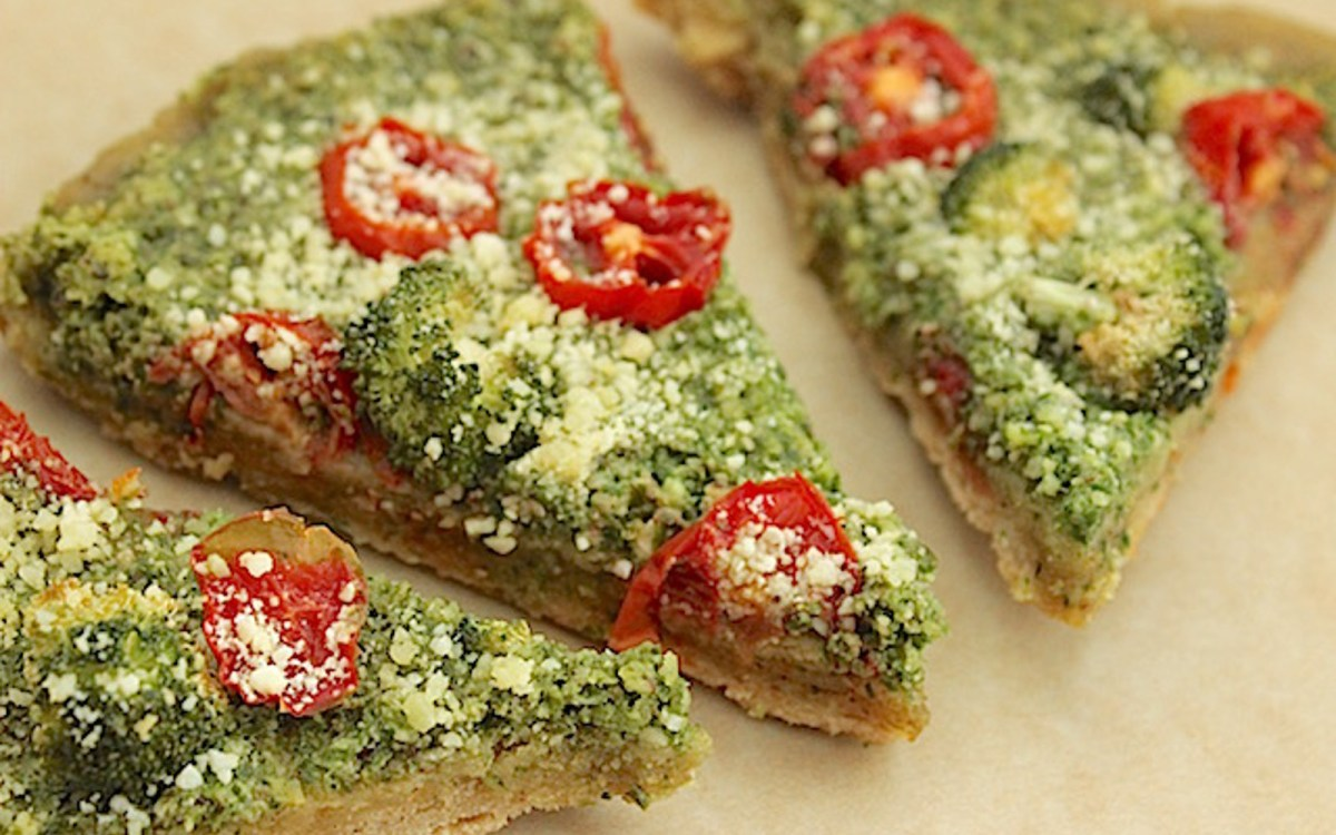 Parmesan Kale Pesto Pizza [Vegan]