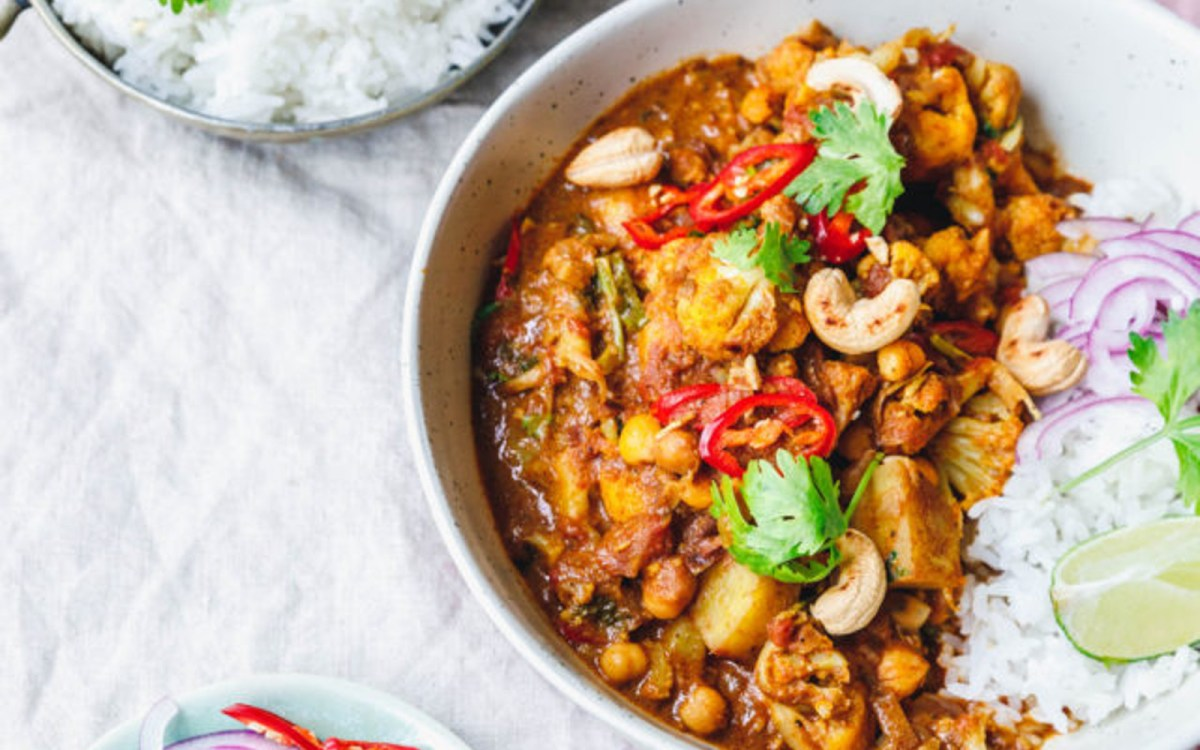 Aloo Gobi: Cauliflower Curry With Potatoes and Chickpeas