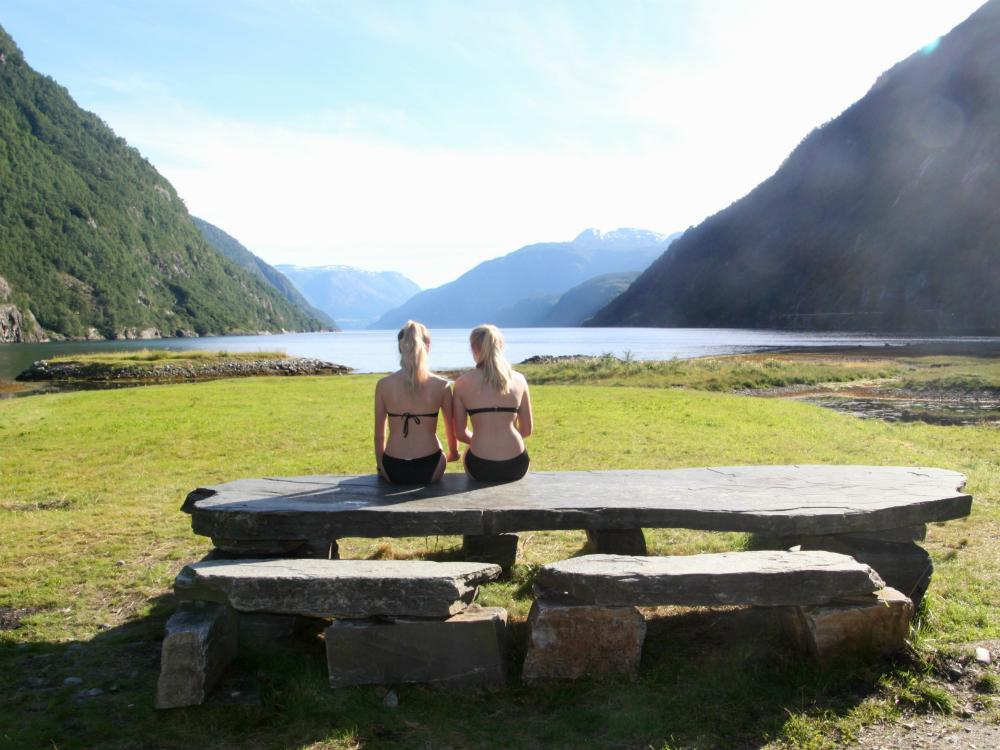 De yurt ligt aan een prachtig fjord