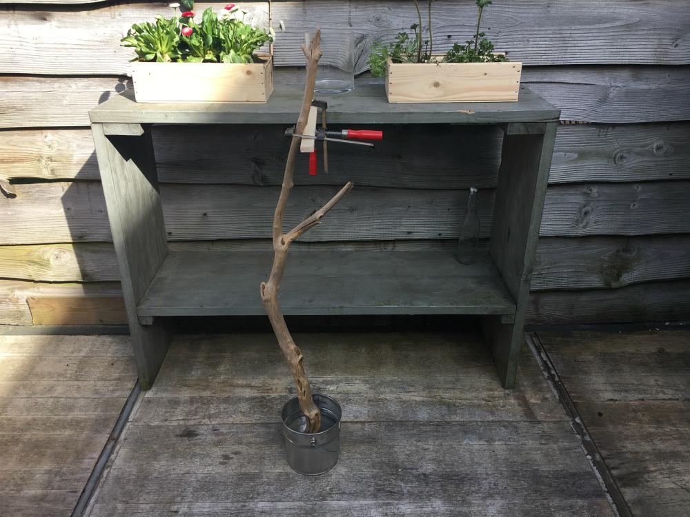 DIY buitenlamp met beton vastzetten