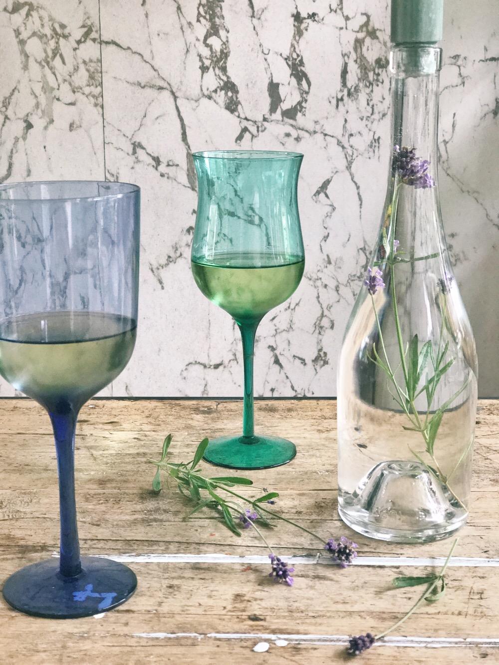 kandelaar van een fles met lavendel