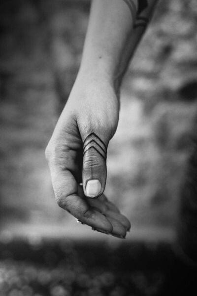 lijn tattoo duim