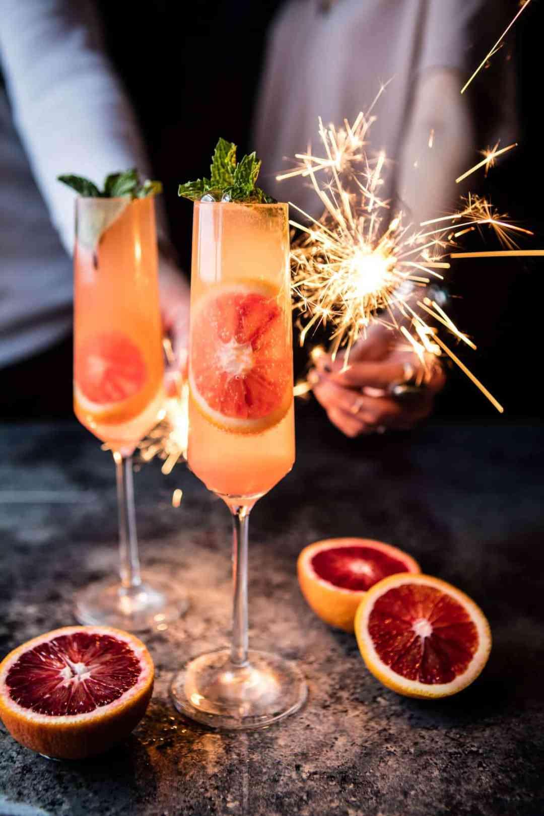 Champagne cocktails met bloedsinaasappel
