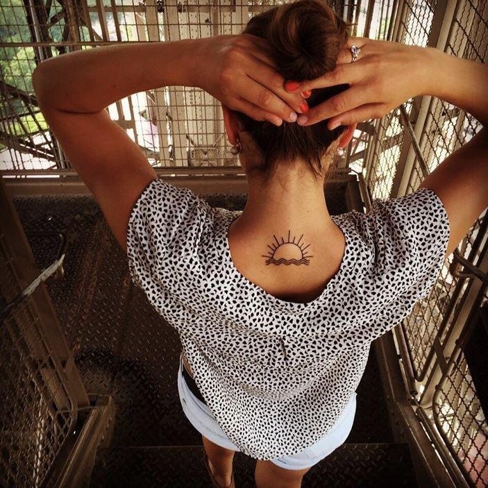 zon tatoeage nek