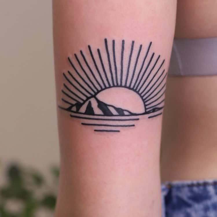 zwart wit tattoo zon