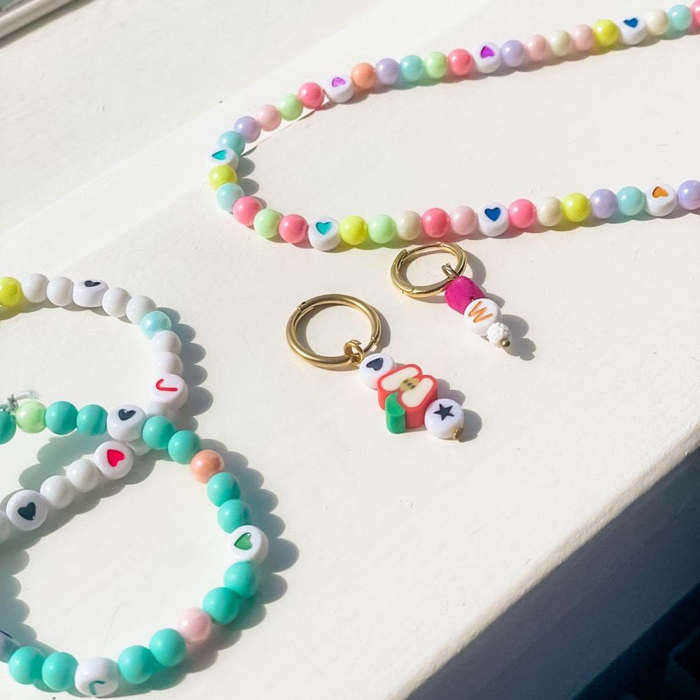 kleurrijke sieraden