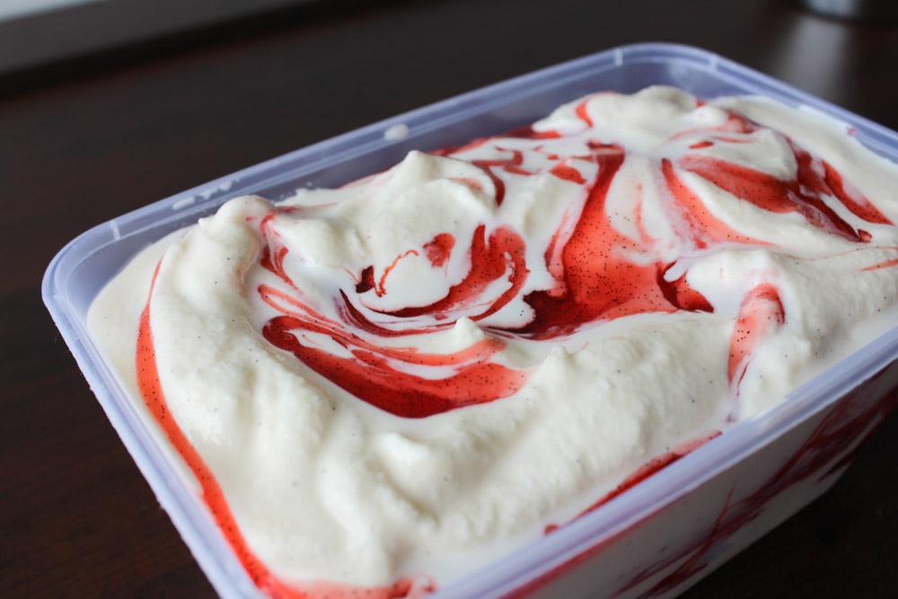 Vaniljeis Med Jordbær Sirup