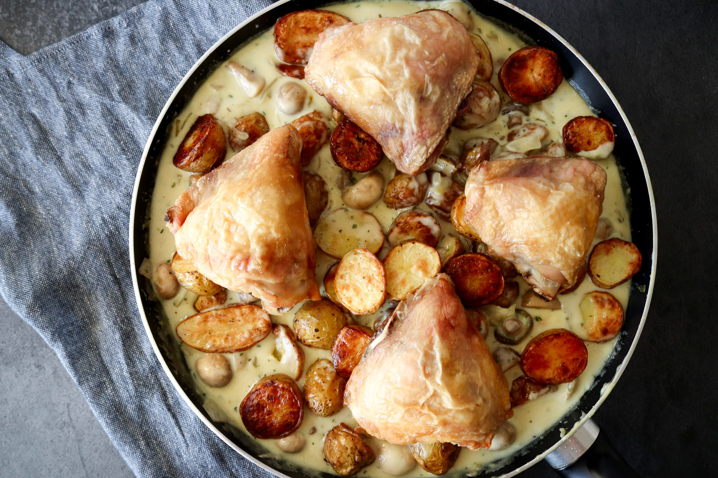 Ovnbagte Kartofler Og Kylling I En Lækker Champignon Bearnaise Sauce