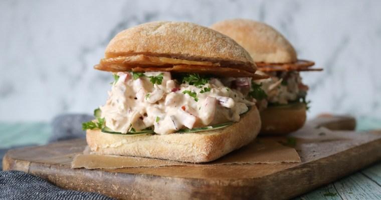 Den Bedste Kyllingesalat Sandwich Med Pulled Kylling Og Sprødt Skind