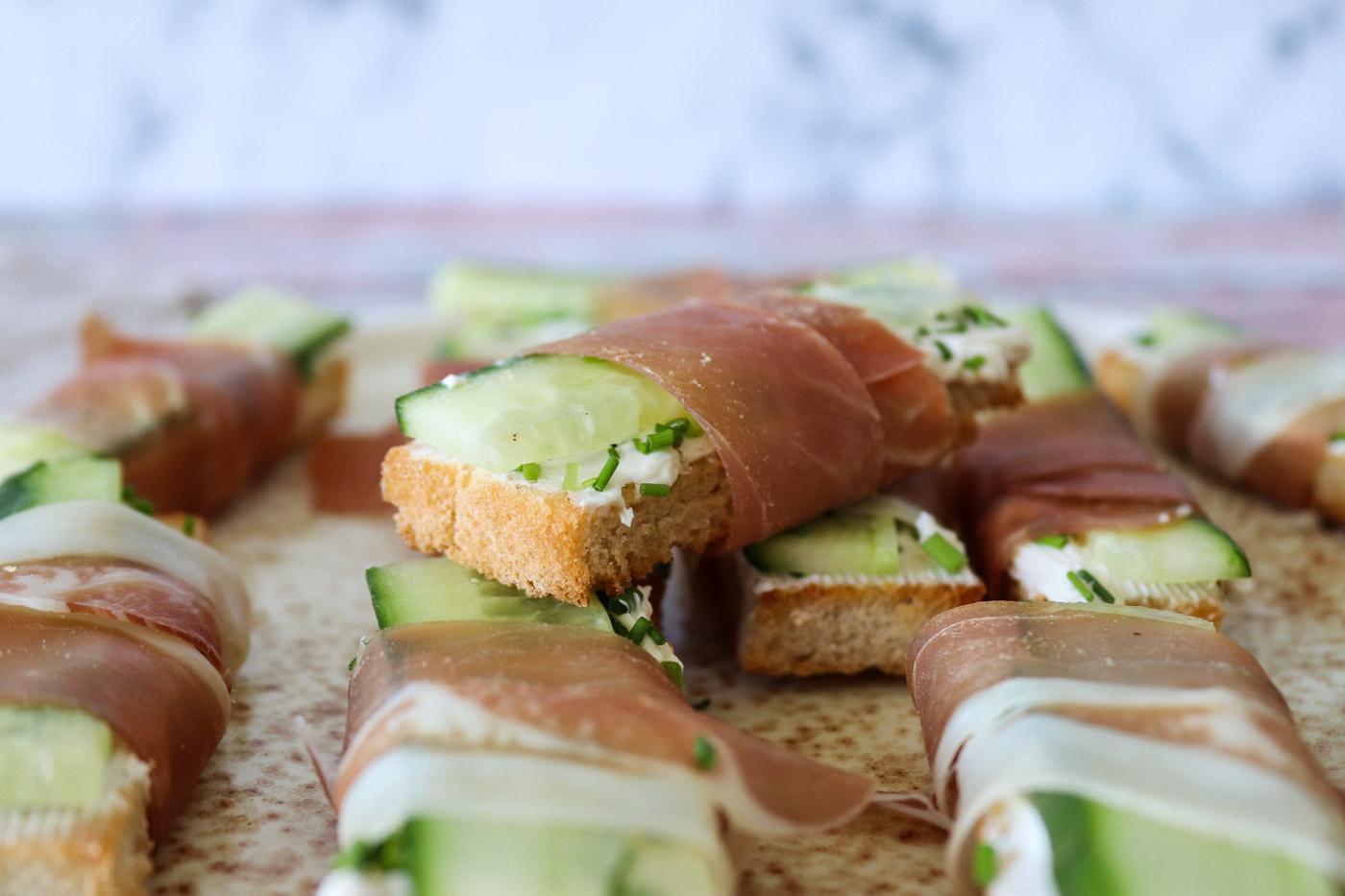 Sprøde Lækre Brødstænger Med Agurk, Flødeost Og Parmaskinke