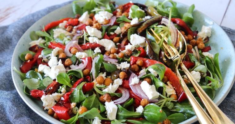 Sprød Salat Med Ovnbagte Peberfrugter, Rødløg, Feta Og Ristede Kikærter