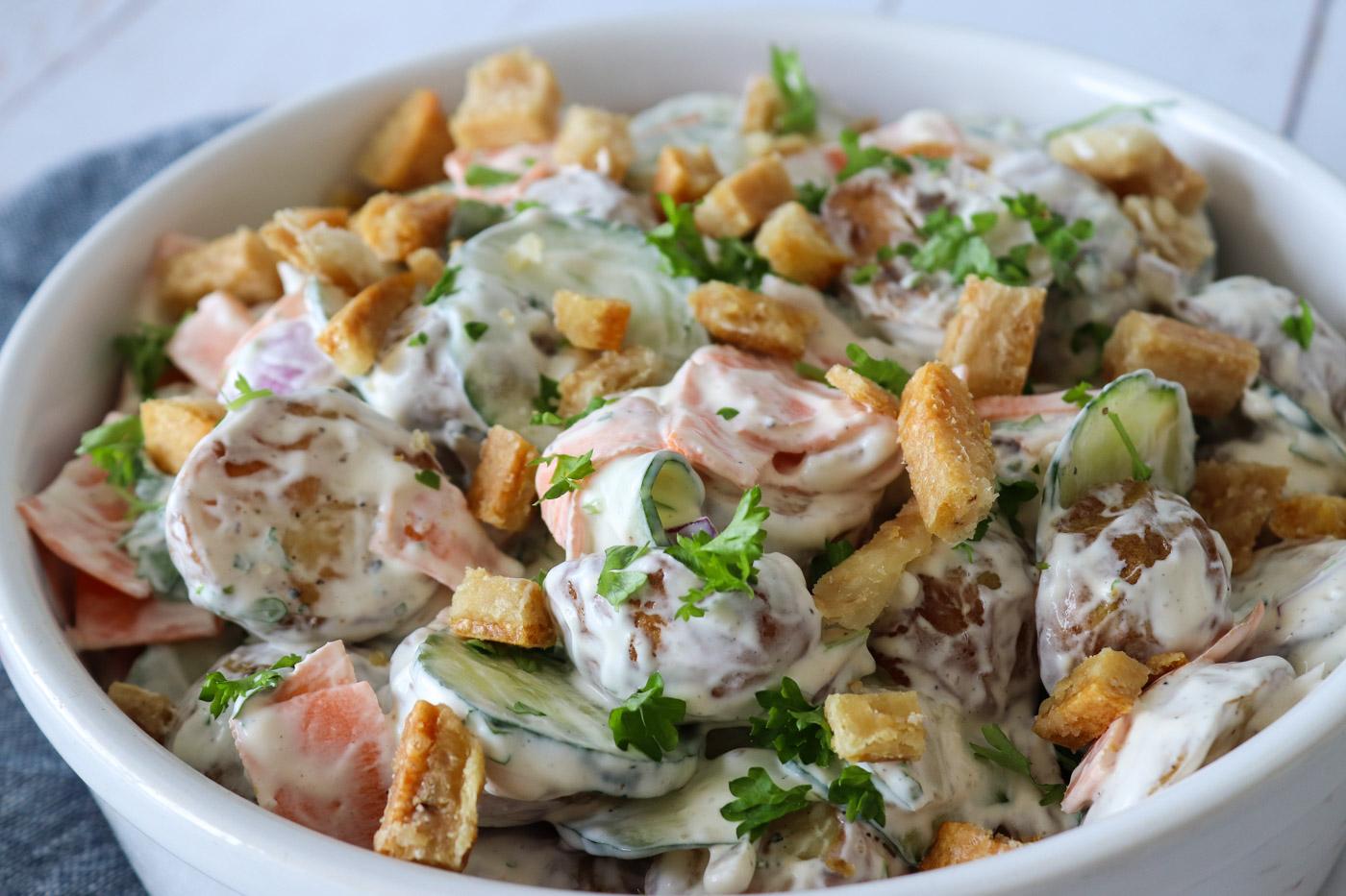 Flæskestegssandwich Inspireret Kartoffelsalat – Kartoffelsalat Med Syltede Agurker Og Hjemmelavet Flæskesvær