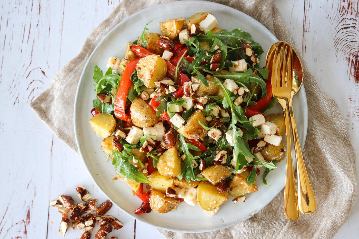 Kartoffelsalat Med Bagte Peberfrugter, Feta, Rucola Og Karameliseret Mandler Med Karry