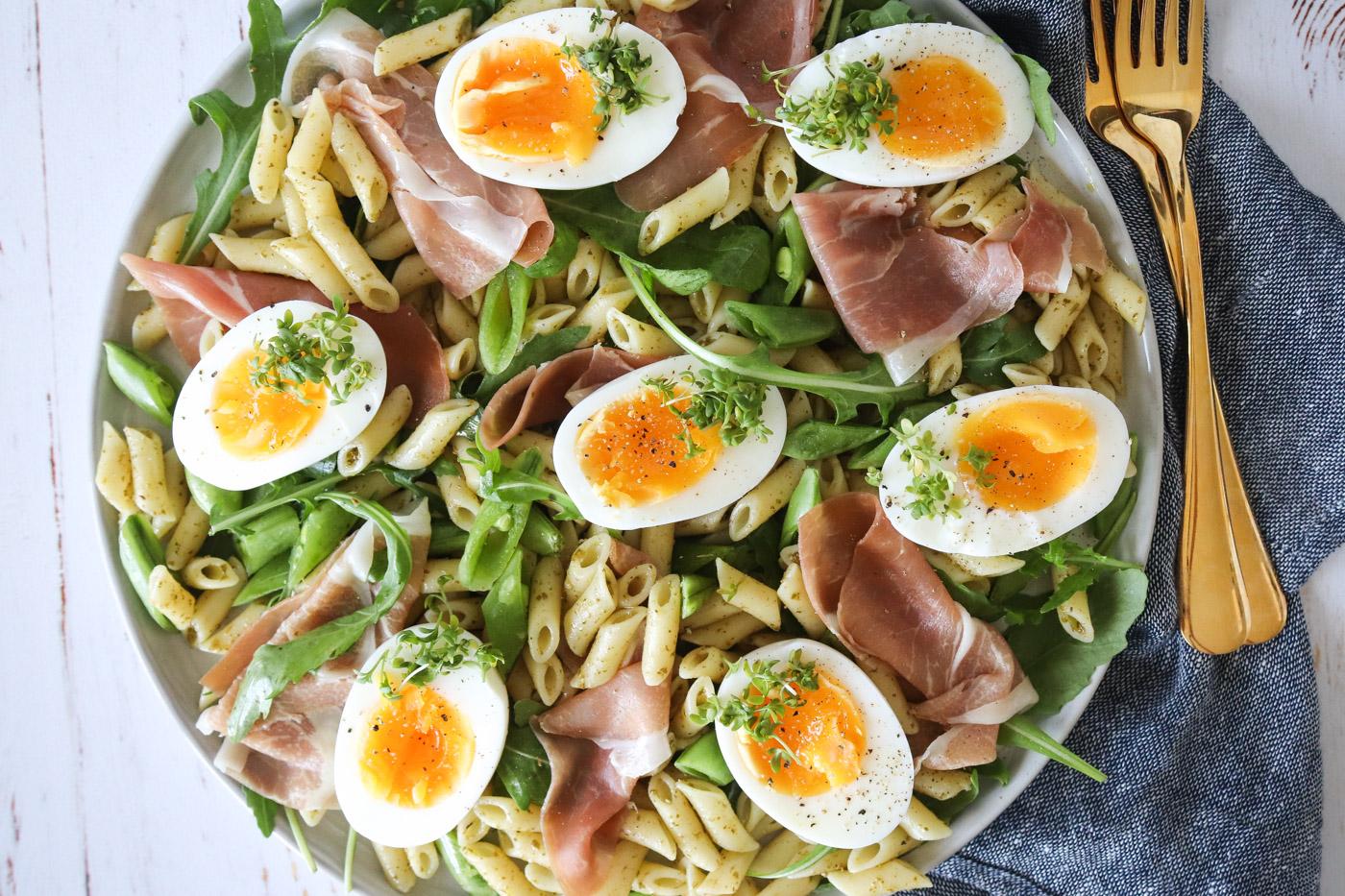 Pastasalat Med Pesto, Parmaskinke, Rucola Og Æg