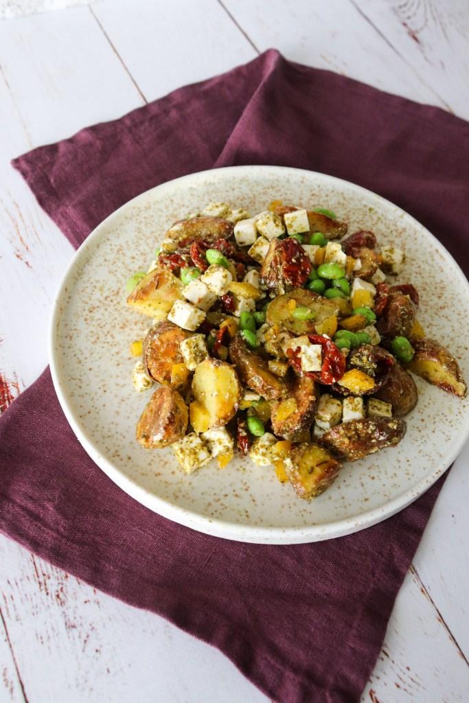 Kartoffelsalat Med Edamamebønner, Feta, Semitørrede Tomater Og Pesto